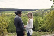 Jeune couple debout dans le parc — Photo de stock