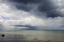 Ciel orageux sur mer — Photo de stock