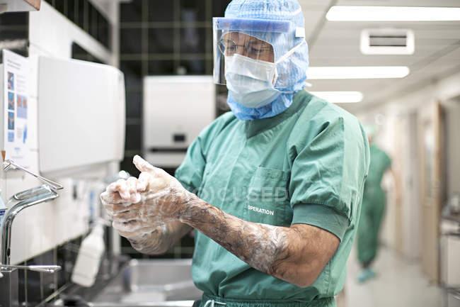 Médecin se laver les mains — Photo de stock