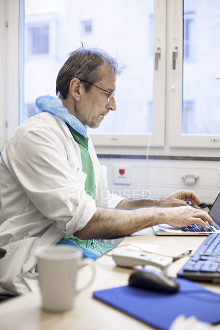 Doctor working on computer — Stock Photo