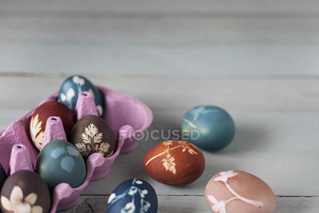 Ovos de Páscoa coloridos em caixa — Fotografia de Stock