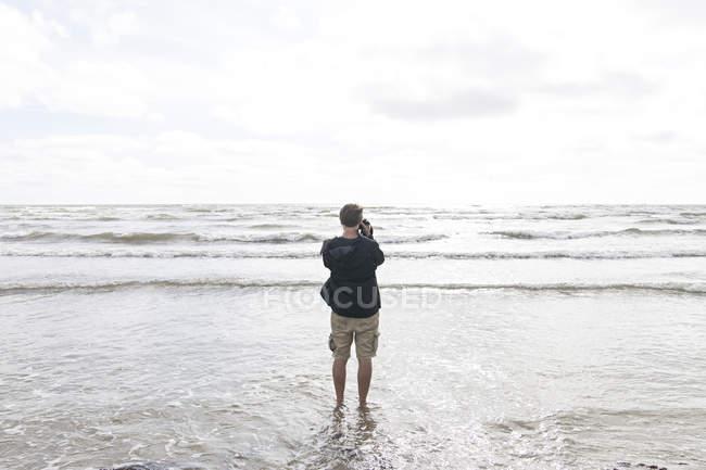 Mer de photographier l'homme — Photo de stock