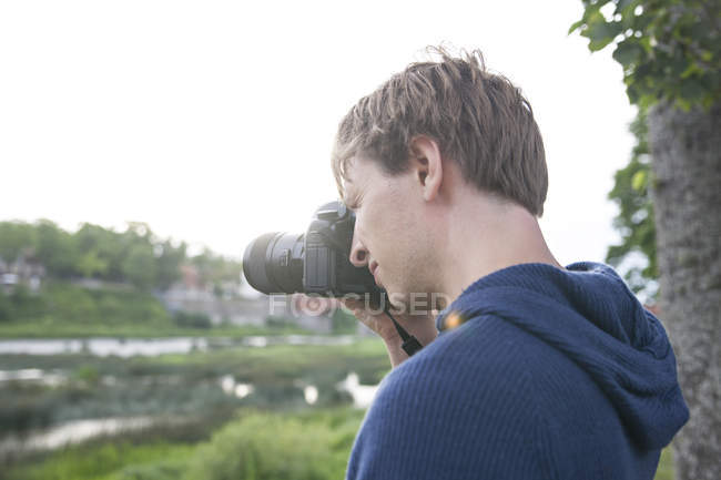 Man photographing cityscape — Stock Photo