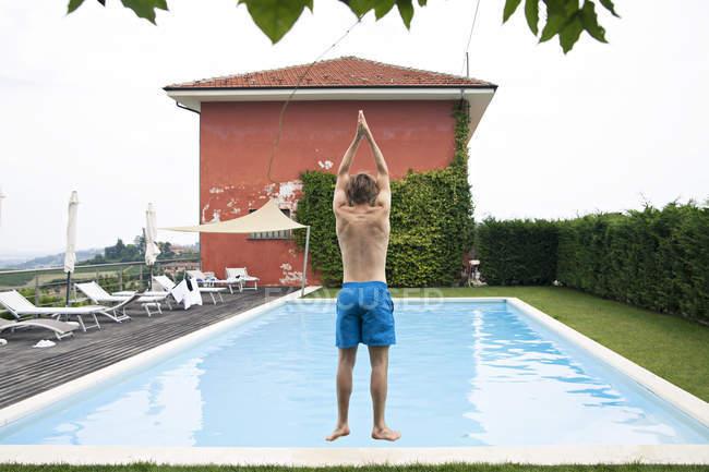 Uomo salto in piscina — Foto stock