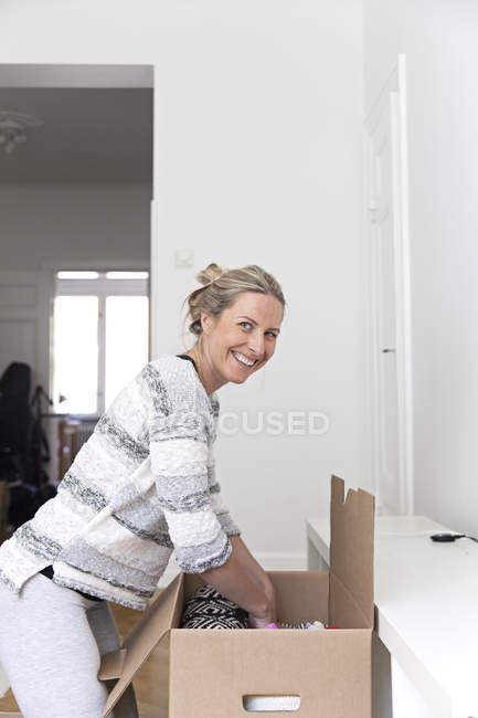 Caja Desempaque de mujer - foto de stock