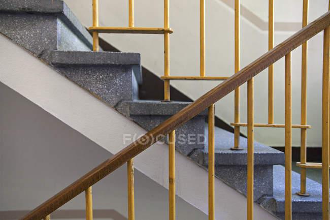 Treppenhaus eines Mehrfamilienhauses — Stockfoto