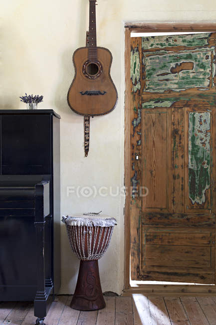 Musical instruments in rustic room — Stock Photo