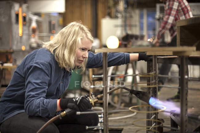 Подання жіночий митець на роботі в майстерні — стокове фото