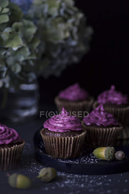 Cupcakes com cobertura roxa — Fotografia de Stock