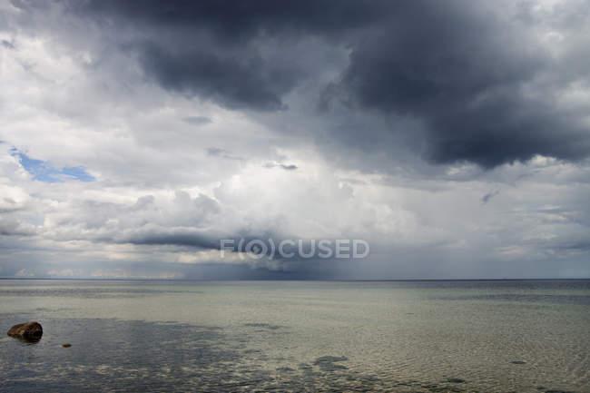 Céu tempestuoso sobre o mar — Fotografia de Stock