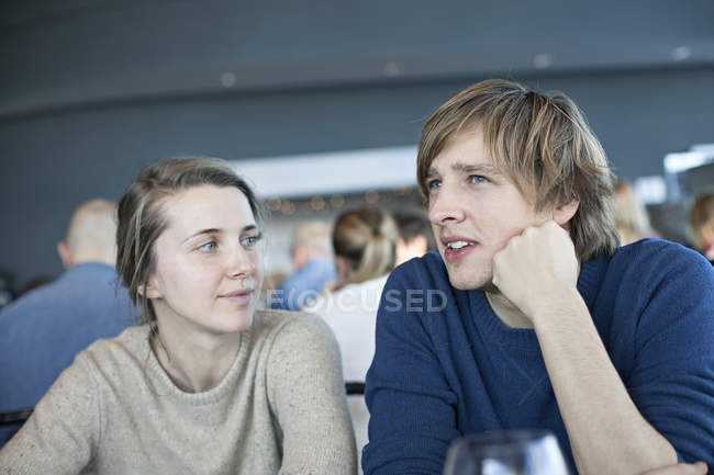 Mulher olhando falando homem — Fotografia de Stock
