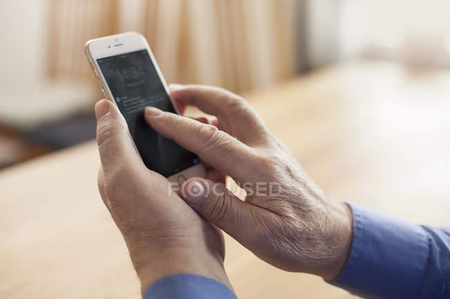 Nahaufnahme der Hände der ältere Mann mit Telefon — Stockfoto