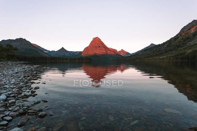 Grinnell Point et Two Medicine Lake au coucher du soleil, le Parc National Glacier, au Montana — Photo de stock