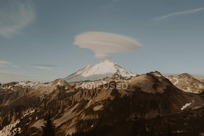Денного зору хмари над гора Бейкер, Північна каскадів, Вашингтон — стокове фото