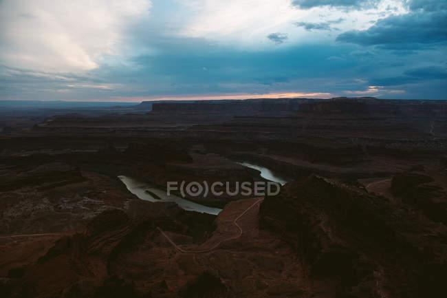 Далеких пташиного польоту річки кривої і mountainscape в Мертвого коня точки State Park, штат Юта — стокове фото