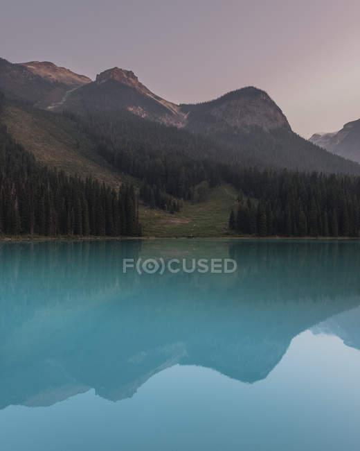 Montagnes et forêts consignées dans Emerald Lake, Parc National de Yoho, Canada — Photo de stock
