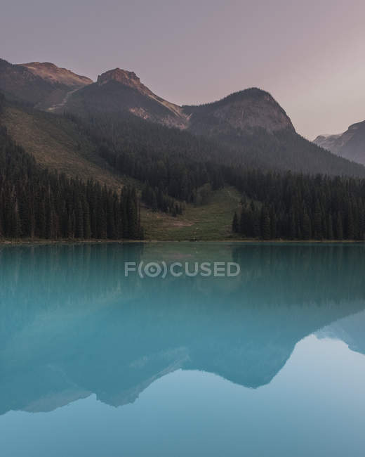 Mountains and forests reflected in Emerald Lake, Yoho National Park, Canada — Stock Photo