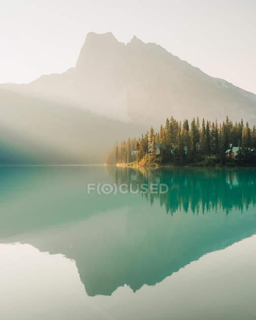 Гори, відображені в Emerald озера, його Національний парк, Сполучені Штати Америки — стокове фото