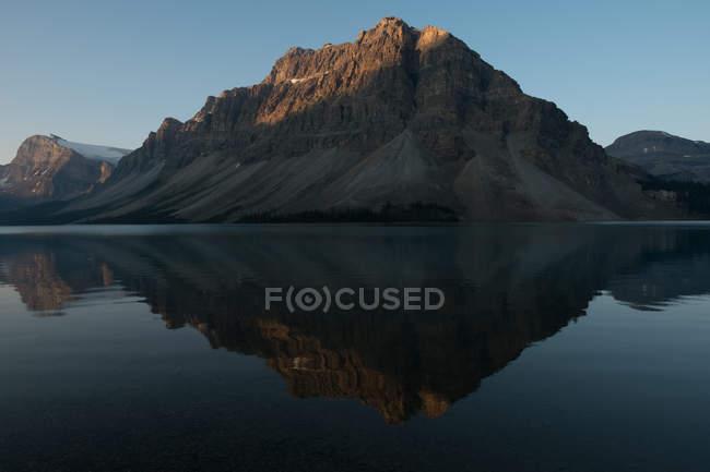 Гори, відображені в лук озера, Альберта, Канада — стокове фото