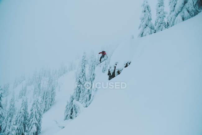 Дневной вид Сноубординг лица на склоне снежные горы — стоковое фото
