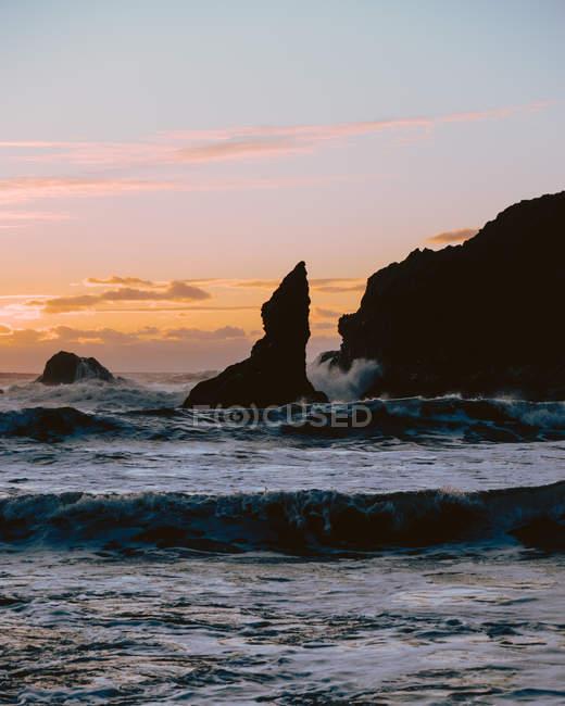 Vagues et rochers au coucher du soleil. Second Beach, Péninsule Olympique, La Push, Washington — Photo de stock