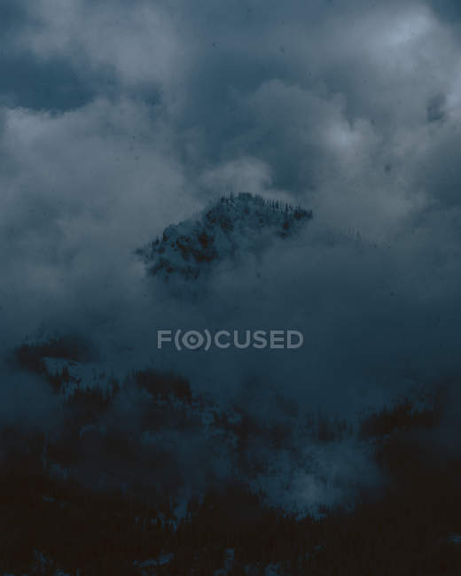 Отдаленное представление о темной горы в облаках — стоковое фото