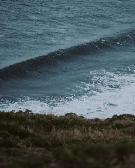 Tagsüber Blick auf Welle im Ozeanküste — Stockfoto