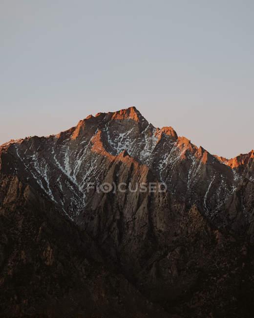 Fernblick über Bergrücken aufgehellt, bei Sonnenuntergang, Alabama Hills, Kalifornien, Usa — Stockfoto
