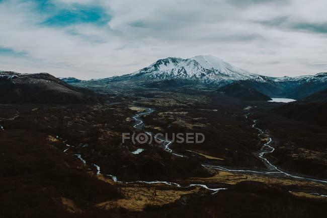 Дневной вид mountainscape с рек и озер — стоковое фото