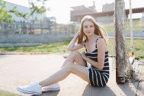 Süße junge Mädchen sitzen auf Pfad — Stockfoto
