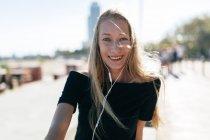 Ragazza sorridente alla macchina fotografica — Foto stock