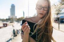 Blonde girl with earphones — Foto stock