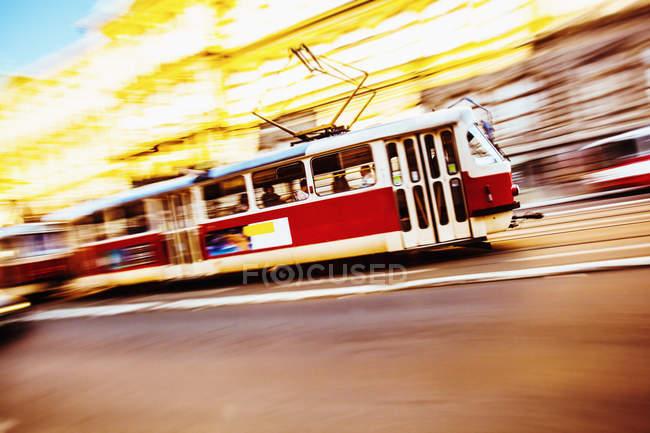 Tschechische Straßenbahn fahren auf der Straße — Stockfoto