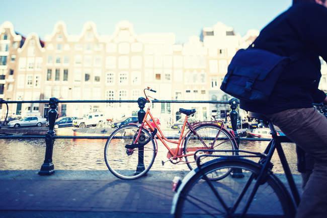 Bicicleta aparcada en la calle - foto de stock
