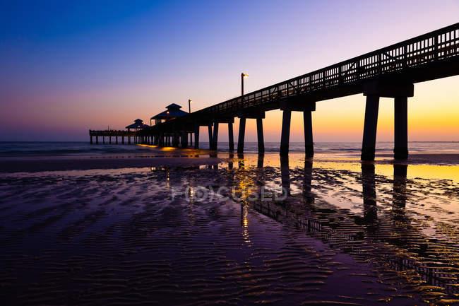 Paysage de jetée s'étendant dans la mer — Photo de stock