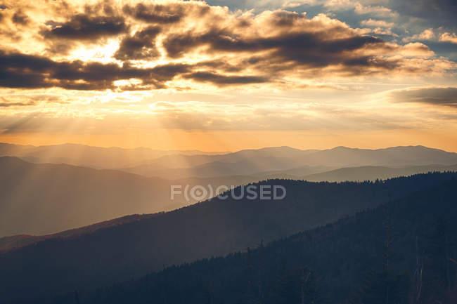 Paisaje nublado en las montañas durante la puesta del sol - foto de stock