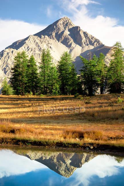 Berggipfel spiegelt sich im See — Stockfoto