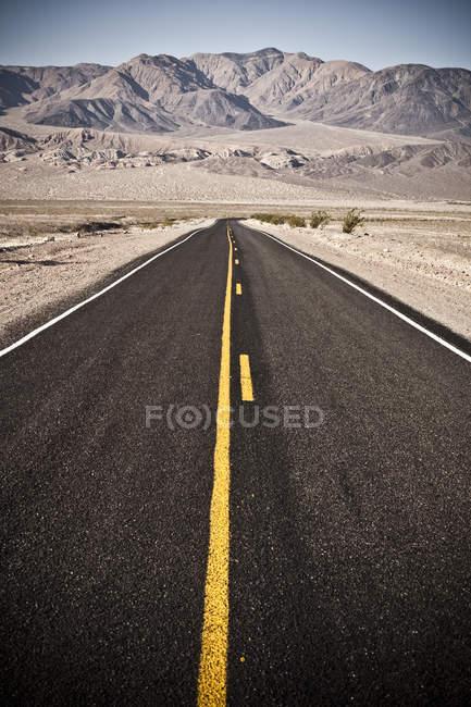 Straße in Richtung Horizont ausdehnen — Stockfoto