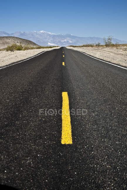 Route s'étirant vers l'horizon — Photo de stock