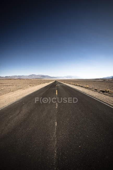 Дорога розтягування по відношенню до горизонту — стокове фото