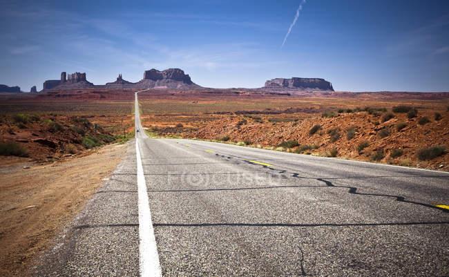 Route qui s'étend vers l'horizon — Photo de stock