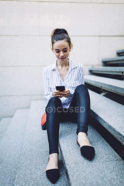 Controllo telefono donna — Foto stock