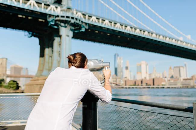 Mann sucht durch Ferngläser — Stockfoto