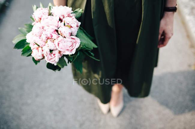 Menina com flores na mão — Fotografia de Stock