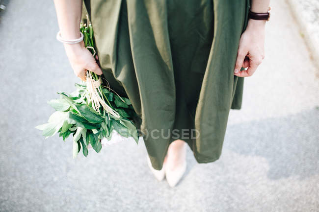 Girl with flowers in hand — Stock Photo