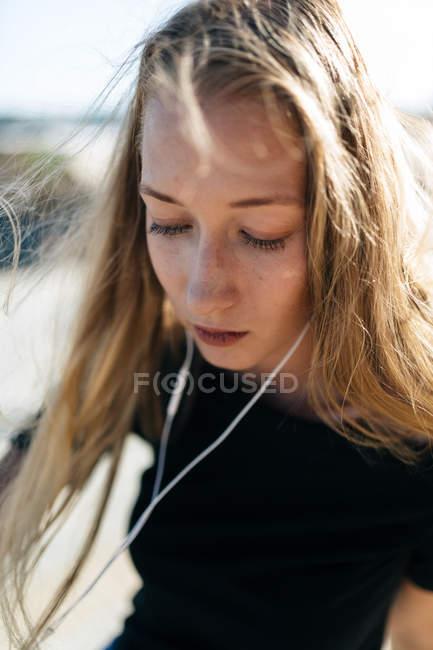 Ragazza con auricolari e occhi chiusi — Foto stock
