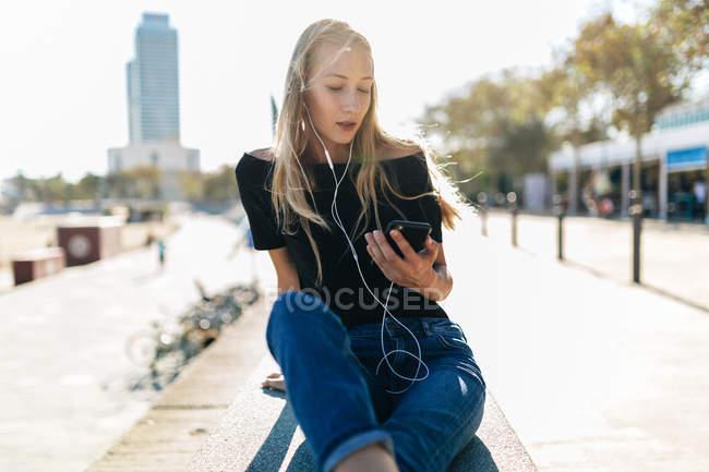 Ragazza bionda che ascolta musica — Foto stock