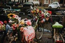 Велосипеды с букетами цветов на улице Амстердама на канал — стоковое фото