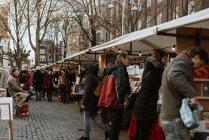 Міський пейзаж з людьми, проходячи на вулиці Сувенірний ринок — стокове фото