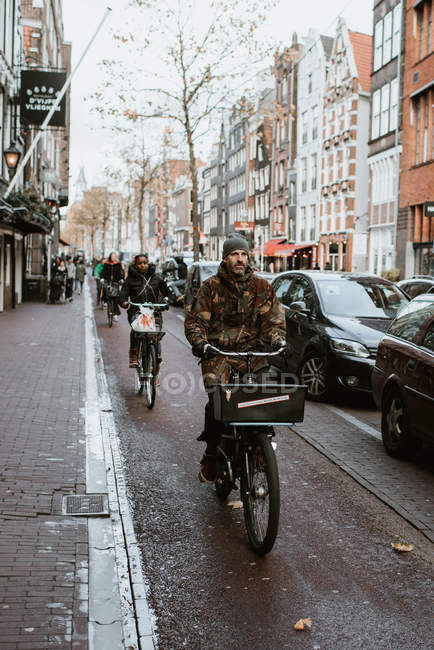 Людей на велосипедах Старого міста вулиці, Амстердам, Нідерланди — стокове фото